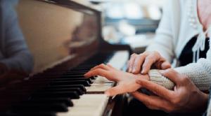 Học piano có khó không